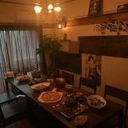 店内二階には座敷、テーブル席と、特別な部屋が完備されている。 4名様以上で利用可能。(その他利用条件有り要確認)
