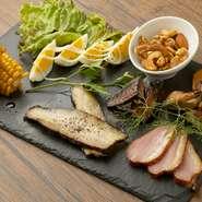 使用される肉や野菜は、一つ一つ店主が厳選したこだわりの食材ばかり。国内外問わず幅広いお肉を使っている。下ごしらえ、仕上げに使うスパイスにもこだわっているそう。野菜は極力地元産のもの使用している。