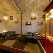 店内のオシャレなライトなどは店主の手作り。空間演出に力を入れているそうで、10~25名まで利用できる二階の完全個室も完備。(宴会コースのみ利用可)人の温もりを感じる空間で、ゆったりと食事を楽しめます。