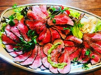 お好きなトッピングでローストビーフ丼も出来る様に、ご飯に合う手作りソースにしてあります。温玉、玉ねぎスライス、刻み海苔があれば、ランチで人気だったローストビーフ丼が再現出来ます!