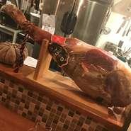 コールドローストビーフと、焼き立てのフォアグラの温度差が美味しく、削り立てのサマートリュフ、赤ワインのソースは白トリュフオイルが薫る贅沢な一皿に仕上がりました。
