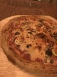 アンチョビ、ケイパー ブラックオリーブ、ガーリックの効いたピザ