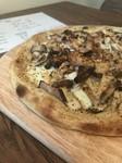 大人気のピザ。タップリのキノコとベーコンが乗ったクリーム系のピザ。