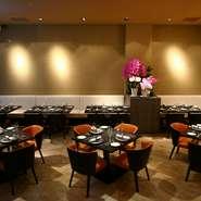 料理だけではなく、内装にもこだわった店内は、ゲストが非日常的な時間を愉しめる空間となっています。カウンター席の前はロンドンの古材を使ったレンガづくり。天井が高く開放的なフロアはパーティーにも最適です。