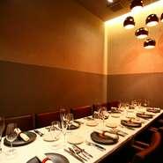 格式の高さを感じさせるサロンのようなレストランは、接待での利用にもお誂え向き。10名まで使える個室もあり、周りに気兼ねなく最上級のおもてなしができます。カウンターでのカジュアル接待も可能。