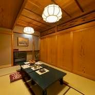 3階の個室は、最高級のふぐ料理を雅な設えの中で堪能できる空間。2名様からご利用OKの個室が4部屋あり、間仕切り調整で最大30名様まで可能。大事な方をもてなす接待、特別な日のご会食にぜひ、どうぞ。