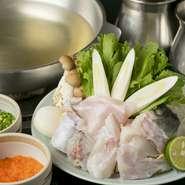 鍋料理・てっちりは、ふぐを味わう醍醐味がつまるおいしさ。ふぐの身と新鮮野菜をコク深い出汁の鍋で楽しみ、その後は、ふぐと野菜の旨みと自然な甘みが溶け出した出汁で雑炊を。まさに、食の贅沢の極み!