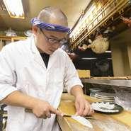 """大阪の台所・黒門に長年、暖簾をかかげる【浜藤】の第一のモットーは、""""おいしいものを味わっていただく""""こと。この一見シンプルで、かつ飲食の根幹となることを信念とし、安全で旨いふぐ料理を提供しています。"""