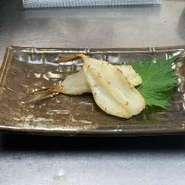 貝殻付きのホタテをじっくり網で焼いています