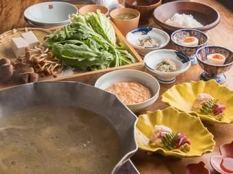 じっくりと鶏ガラを煮込んで抽出したスープ。厳選食材をつかったコースが堪能できます。