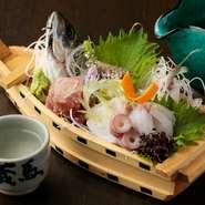 日本中の美味しいものが集まる築地市場から近いので、魚介類の品揃えが充実しています。毎朝仕入れる新鮮な魚をぜひご堪能あれ。野菜も旬のものを取り入れ、季節を感じられる料理の数々でおもてなし。