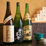 こだわりのお酒は、酒屋のおすすめを吟味して全国各地の地酒を取り揃え。日本酒通の方も納得のラインナップは定期的に入れ替わるので、訪れるたびに新しい出合いが待っています。