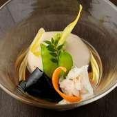 なめらかに練り上げた熟練の技が小鉢に凝縮。濃厚な美味しさの『手づくり なめらか胡麻豆腐』