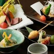 『胡麻豆腐』を中心としたコースです。焼き物や揚げ物も『胡麻豆腐』を使った料理で、それぞれ旬の食材を合わせています。季節や仕入れに応じて内容が変わるのもお楽しみ。詳細はコースページでご確認を。