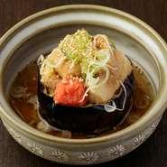 手づくりの『胡麻豆腐』を揚げだし豆腐にしています。外はカリッ、中はトロっとした食感に揚げた『胡麻豆腐』に味わい深いお出汁が染みる逸品。初めてなのにどこか懐かしい、日本酒に良く合う大人の味です。