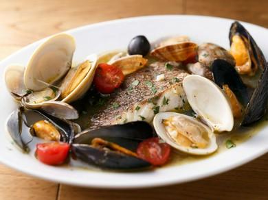 日替わりの鮮魚と数種類の貝の旨味と香りが溶け出したスープまで堪能したい『魚貝たっぷりアクアパッツァ』