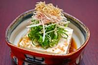 自家製の濃厚な豆腐に、たっぷりの九条葱、揚げジャコ、茗荷を添えています。京の出汁でお召し上がりください