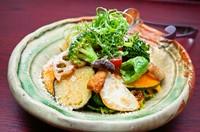 素揚げした京都産の旬野菜7種、自家製の人参ドレッシングを和えてお召し上がりいただく名物サラダ ※ハーフサイズ 780円