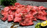 最高級A5和牛雌の赤身肉を低温調理した後、京丹後の坂長醤油、赤ワイン、和三盆をベースにした着けダレの中で24時間熟成させる新感覚ローストビーフ