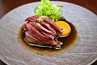 和牛の新鮮なハツを炙りレア焼きに仕上げました。特製醤油と卵黄でどうぞ。