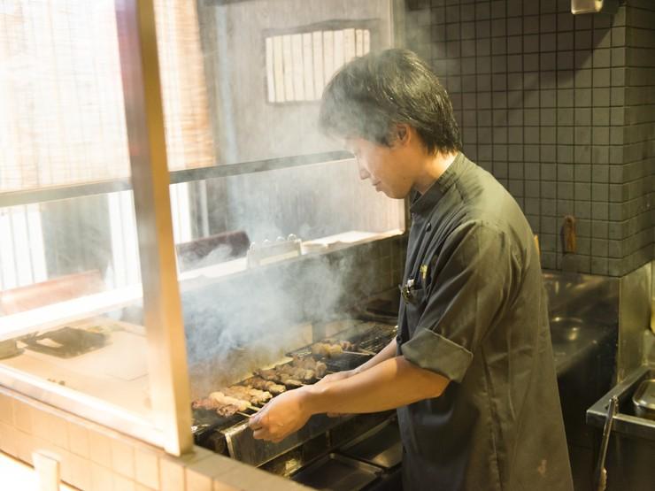 お客様に串焼きの極意を披露。熱々の一本をテーブルまでお届け