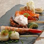 見た目にも鮮やかな『海鮮串』 素材の旨みを引き出す、味付けと焼き方で 素材本来の旨みをご賞味ください!