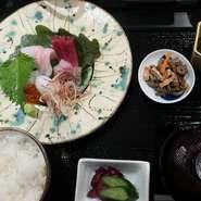 その時期の旬の鮮魚のお刺身を盛合せたご膳です。魚種はその時期の旬の鮮魚を仕入れております。