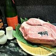 ここでしか味わえない壱岐牛×日本酒のマリアージュをお愉しみ下さい。 【壱岐牛炭火焼き】 備長炭で炭の香りを纏い、じっくりと表面を焼かれたミディアムレア 表面の香ばしさと肉と肉汁の甘味と旨み。 合わせるは、壱岐で醸される 【よこやまSILVER 純米吟醸 火入れ】 凛とすっきりした飲み口ながら、完熟フルーツのような後味を持つ日本酒 フルーツソースのような余韻が、より壱岐牛の旨みを引き立ててくれます。