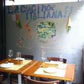 イタリア風のイラストが描かれたおしゃれな店内