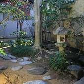 外観だけでなく、店内にある庭にも趣向が凝らされている店