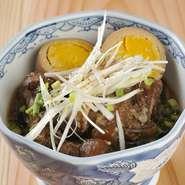 豚バラではなく、豚バラの「軟骨」を使っためずらしい角煮。鍋で8時間ほどコトコト煮込んでいるので、軟骨はとろけて柔らかく、絶妙な食感です。醤油ベースの甘めのタレが、軟骨の旨さを引き立てています。