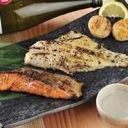 当店の料理の多くは炭火を使って仕上げています。なかでもお薦めは西京焼きで、こちらのメニューは魚介の状態をみながら、3日前後西京味噌に漬けています。手間暇かけた一品を、ぜひご賞味ください。
