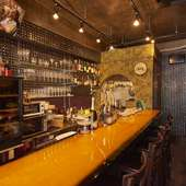 BGMはジャズやボサノバが中心。食事もお酒も楽しめる空間