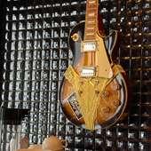 壁を彩るギター