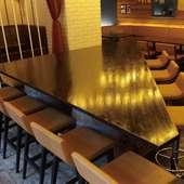 【お一人様から団体様まで】店内真ん中の巨大な三角テーブル