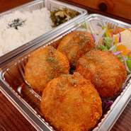 A.アグー豚のメンチカツ弁当 ¥600 B.アグー豚の生姜焼き弁当 ¥600 C.アグー豚の油淋鶏風弁当 ¥600 D.アグー豚のチャーシュー弁当 ¥700  大盛り+¥50