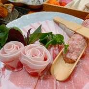 沖縄を代表する食材・アグー豚は一般的な豚に比べ、豚特有の臭みがなく、上質な旨味は10倍以上、甘味は2倍以上含まれています♪肉と島野菜の旨味が十分に含んだ〆の雑炊または沖縄そばも絶品です!