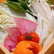 沖縄で採れる島野菜は、ゴーヤに代表されるように香りや味が強く、色合いが濃い野菜が多いのが特徴!ビタミン類やミネラル類がといった栄養価が豊富です♪免疫力UPに思う存分、島野菜を召し上がれ~!!