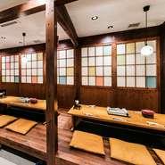 賑やかな国際通りと一線を画し、地下の店内に一歩足を踏み入れれば、琉球古民家のような落ち着ける空間が広がります。掘りごたつのお席は半個室にもなっております。