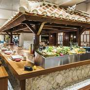 瓦屋根を使い作った、テーブルカウンターの屋根。 沖縄っぽさを演出する【島しゃぶしゃぶNAKAMA】の大切なスポットです。