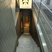 【KUSINAKA】のロゴが目印、地下1階の大人の店