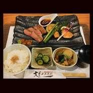 国産黒毛和牛肩ロース肉使用、シェフ特製ガーリックペッパーソースでご賞味ください。