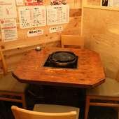 テーブル席で、ゆっくりジンギスカンを楽しむ