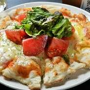 ピザの生地から手づくりしている、本格的なピザです。トッピングを乗せないシンプルなチーズたっぷりのピザ、味噌をベースにした名古屋風、餅が入ったものなど、7種類のトッピングから好みに合せてチョイスできます