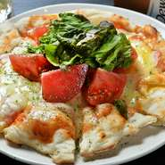 ピザの生地から手づくりしている、本格的なピザです。トッピングを乗せないシンプルなチーズたっぷりのピザ、味噌をベースにした名古屋風、餅が入ったものなど好みのメニューをお楽しみください。