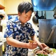料理に合う日本酒をおすすめしています。お客様が満足できるようにさまざまな地酒を取り揃え。カウンター越しに会話をして、何を求めているか希望に合う料理とお酒をご提供します。