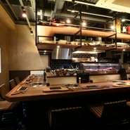 1階のカウンターでは、対面でスタッフが肉を焼いてくれ、話をしながら食べられます。その日仕入れた肉へのこだわりを聞きながらの食事は、一層美味しさが増しそうです。楽しく充実した一人のひとときを堪能。
