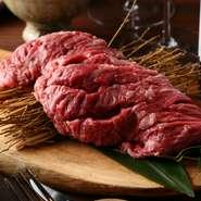 甘みと旨味をしっかり感じられる『幻のハラミ』は、イタリアンの技術でロゼに仕上がり、とてもジューシー。大きな塊肉をスタッフが目の前で焼いてフランベしてくれるスタイルで、食べる前から期待で胸が膨らみます。