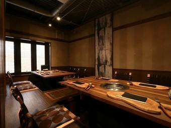 1階カウンターから3階テーブル席まで、気分に合わせて選べる席