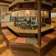 円を描くように配置されたカウンターの真ん中には、、炉端の風情が味わえるよう、焼き台を設置。料理人が様々な食材を焼き上げる様子を眺めながら食事ができます。